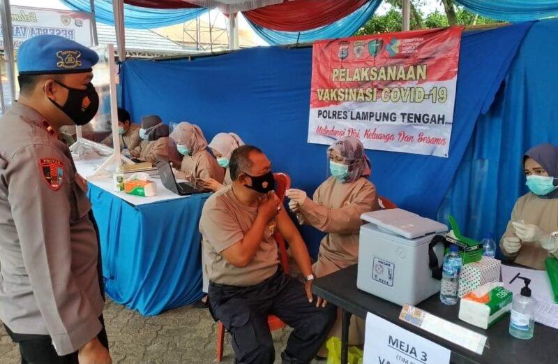 Seluruh Personil Polres Lampung Tengah berserta ASN dan Polsek jajaran Disuntik Vaksin Covid-19 Tahap II di Aula Atmani Wedhana